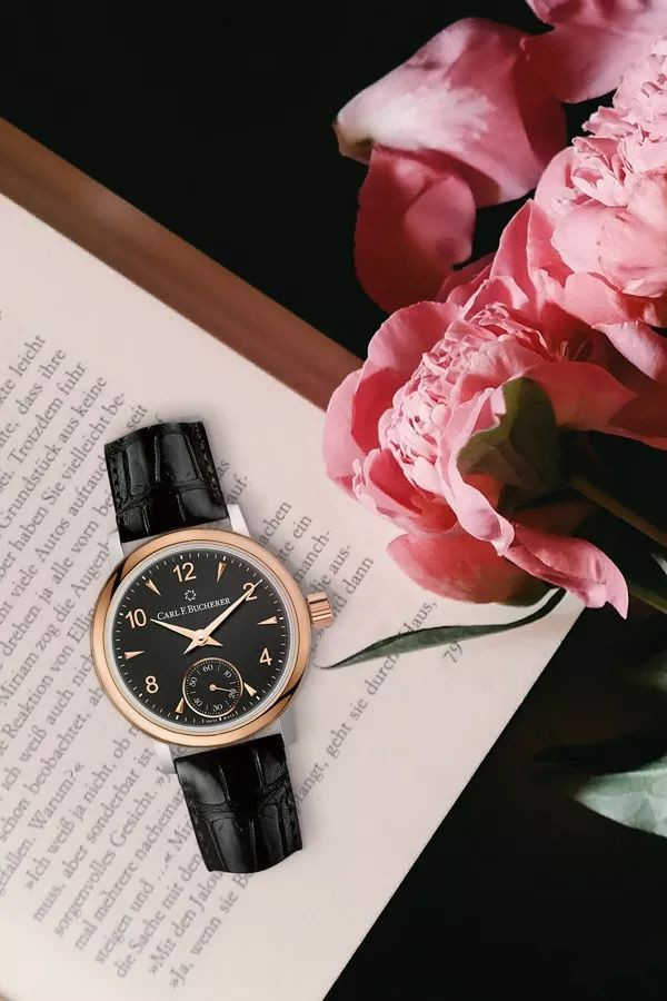 Black fake watches are also suitable for elegant ladies.