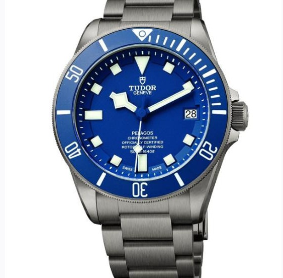 Copy Tudor watches with blue dials are also exquisite.