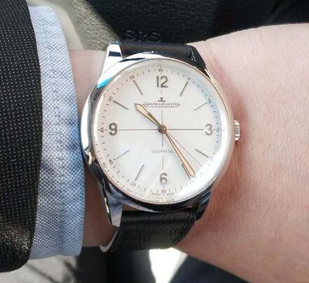The classic white-black matching of this timepiece will be suitable in any occasion.
