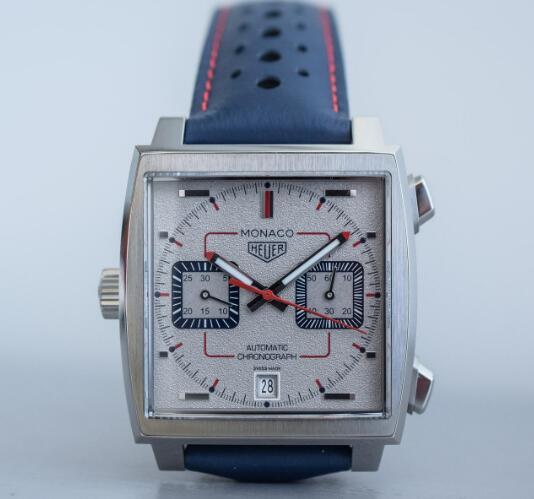 The red elements on the timepiece add the sense of the racing track into the timepiece.