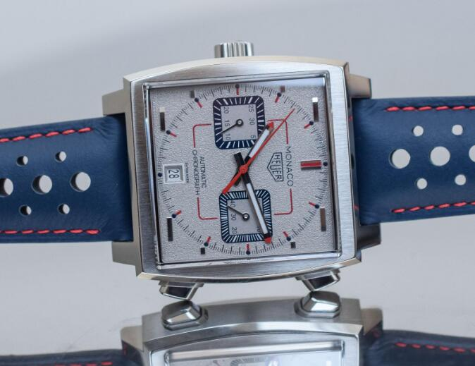 The timepiece has also contained all the iconic features of the Monaco collection.
