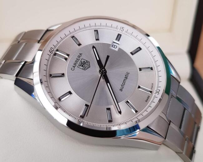 TAG Heuer Carrera is with concise appearance and low price.